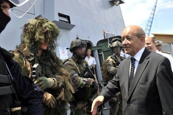 Le ministre de la défense Jean-Yves Le Drian en visite sur la frégate en juin 2012