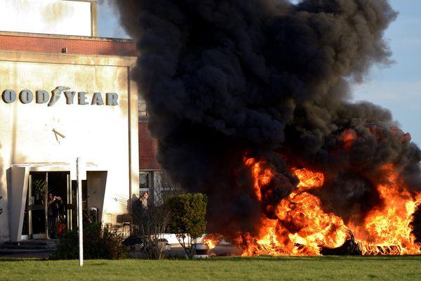 Des pneus incendiés devant le site Goodyear d'Amiens-Nord, le 7 janvier 2014. Deux cadres de l'entreprise venaient d'être relâchés après 30 heures de séquestration.