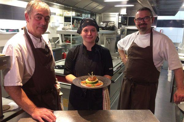 Les chefs et la cheffe de partie de la Table d'Arthu'r à Charleville-Mézières présente leur recette à base de dinde rouge des Ardennes