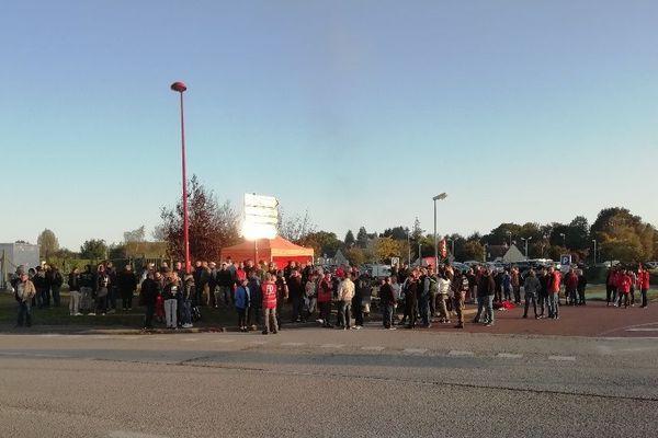 Les salariés grévistes des Maîtres Laitiers du Cotentin rassemblés devant l'usine de Sottevast ce mercredi 10 octobre