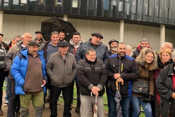 Une quarantaine d'éleveurs sont venus ce jeudi après-midi soutenir leurs collègues jugés par le tribunal correctionnel de Foix.