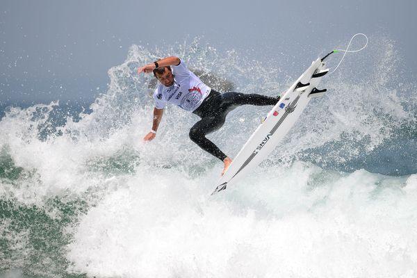Joan Duru, ici lors des finales du championnat du monde à Biarritz le 28 mai 2017, regarde les vagues de son jardin à Seignosse.