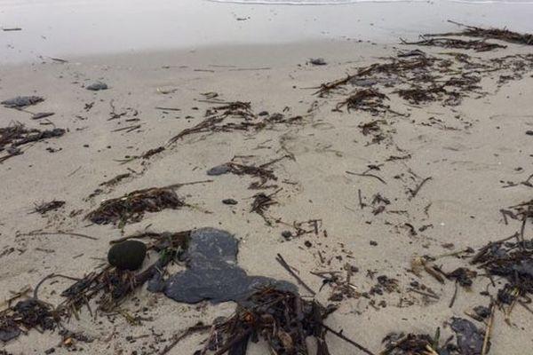 Des galettes de pétrole s'échouent en grand nombre sur les plages de Saint-Tropez et Ramatuelle.