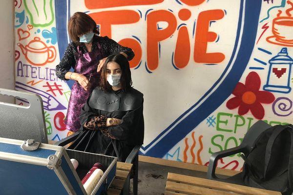 A Clermont-Ferrand, une coiffeuse propose des coupes de cheveux à 1 euro pour les étudiants.