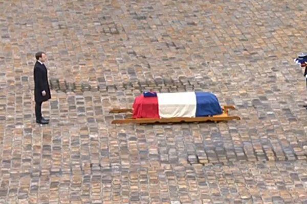 Le président de la République, Emmanuel Macron devant le cercueil du colonel Arnaud Beltrame dans la cour des Invalides le 28 mars 2018