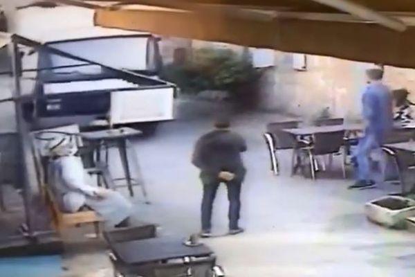 """Le gérant de la créperie, en noir, et son fils, avec la veste en jeans, vont tenter de barrer la route au camion. """"Il a fallu qu'on dégage très vite""""."""