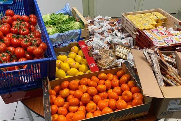 Des yaourts, des biscuits mais aussi des fruits et légumes destinés à des cantines ont été redistribués à des associations après la fermeture des établissements scolaires de l'Oise