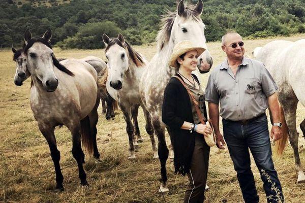 Sophie Jovillard avec Michel Arnal, entourés de chevaux Lusitaniens au crin noir, robe tachetée.