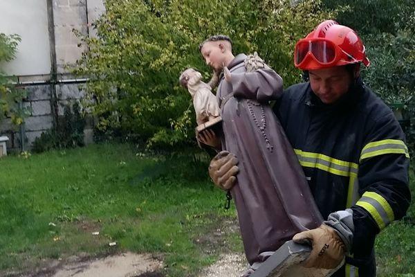 Après le tremblement de terre en Ardèche : les pompiers tentent de sauver ce qui peut l'être, notamment les objets qui se trouvent dans les église menacées.