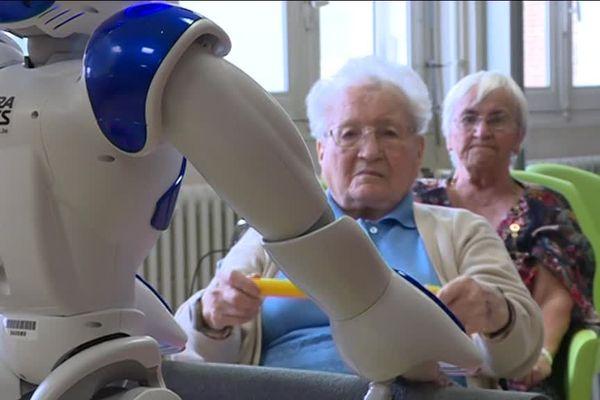 L'Ehpad de Briouze a fait l'acquisition d'un petit robot, Zora, qui dispense des cours de gymnastique aux résidents