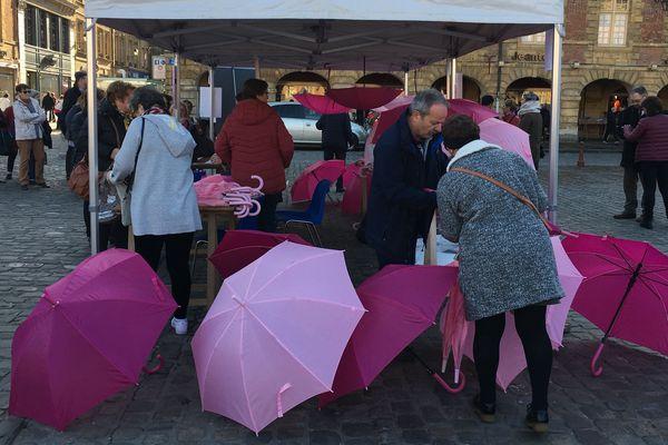 Des centaines d'ardennais sont venus acheter les fameux parapluies roses exposés pendant un mois rue du moulin à Charleville-Mézières
