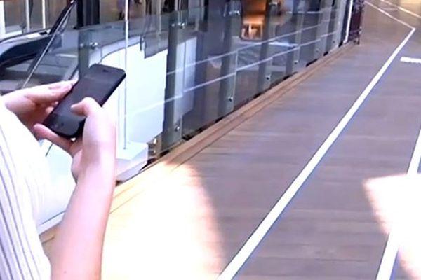 Tweet, SMS, Facebook : sur cette voie, on peut consulter son smartphone sans danger.