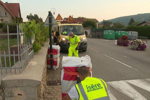 En Isère, les agents du département sécurisent la route avant le passage du Tour de France