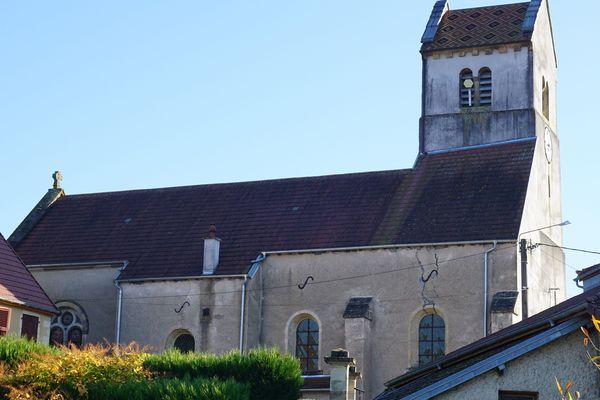 L'église du 12e siècle du Val-Saint-Eloi est en cours de rénovation depuis plusieurs mois. Le clocher menaçait de s'écrouler.