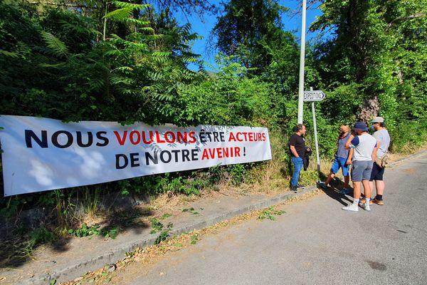 Pancarte, rassemblement, les salariés de l'usine Lafarge veulent être associés à une éventuelle reprise.
