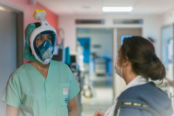 Les soignants au CHU de Brest portent désormais des masques Décathlon adaptés, qui permettent de filtrer l'air inspiré