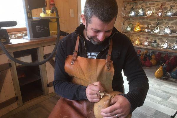 Alain Billon dans son atelier d''Art et Gourdes' à Pluneret dans le Morbihan. Les 3/4 de ses lampes sont vendues à l'occasion des marchés de Noël.