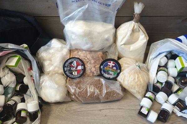 500 grammes de cocaïne ainsi que plusieurs kilos de produits destinés à la coupe de la drogue ont été saisis à Annecy