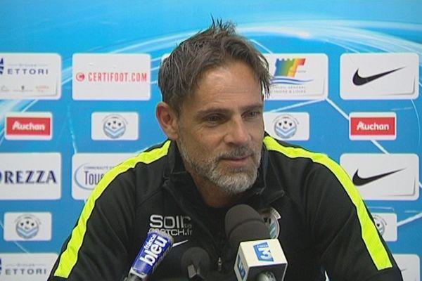 Marco Simone, l'entraîneur du Tours FC, lors de la conférence de presse du 10 août 2015.