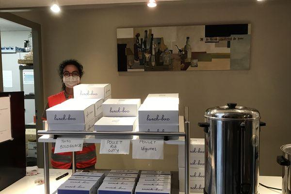 Plateau repas, vêtements, aide médico-psychologique : la ville de Lyon et la Croix-Rouge offrent leur soutien aux sinistrés de l'incendie qui a quasiment détruit un immeuble de la montée Bonafous. 25 personnes sont relogées dans un hôtel de la Croix-Rousse. 1er mai 2020