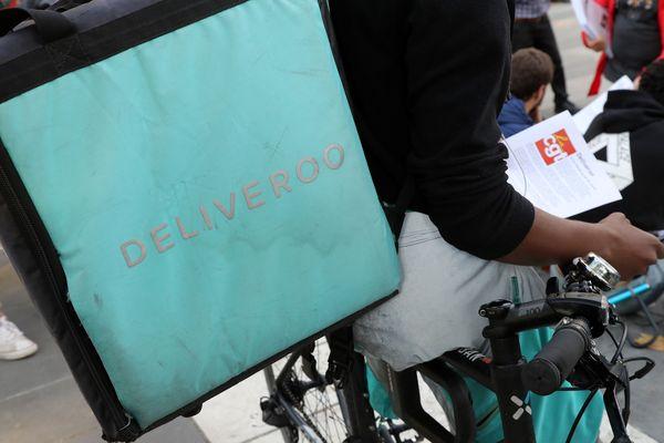 Des coursiers travaillant pour Deliveroo manifestent en août 2017 à Paris. (Photo d'illustration).