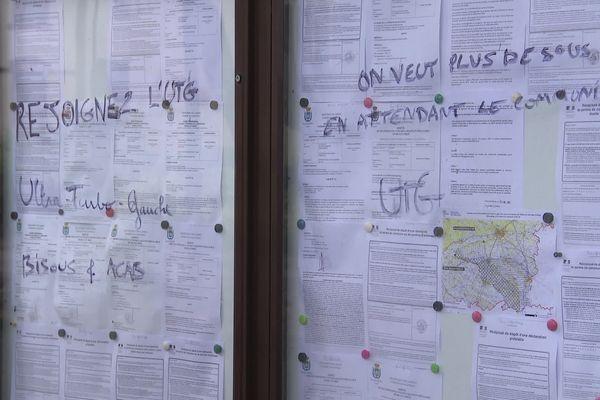 Des messages signés ACAB et UTB écrits sur les panneaux municipaux d'Hagetmau dans les Landes.