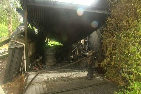 Un des garages incendié la nuit dernière à Wallers-Arenberg.