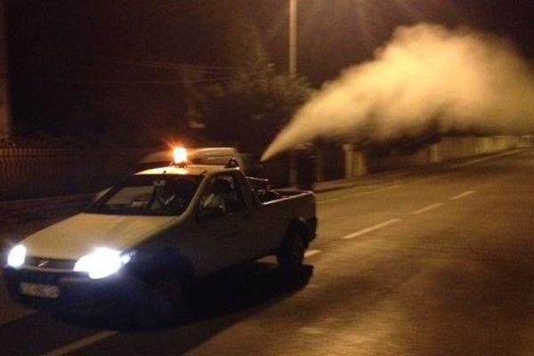 La camionnette de l'EID, à l'attaque contre les moustiques tigres dès potron-minet dans les rues de Montpellier