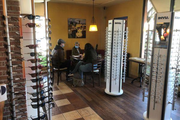 C'est dans une salle de restaurant que Françoise opticienne et son équipe reçoivent désormais leurs clients