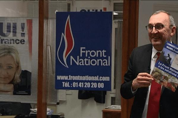 Gilles Penelle (FN) forme les jeunes recrues avant les élections départementales