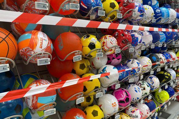 Dans cette grande surface, la rubalise indique que les ballons sont interdits à la vente.