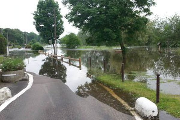 Cette route sur la commune des Damps dans l'Eure est couverte par les eaux de la Seine.