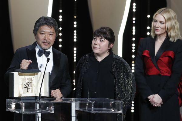 Le Japonais Kore-Eda reçoit la Palme d'or devant Cate Blanchett, présidente du Jury.