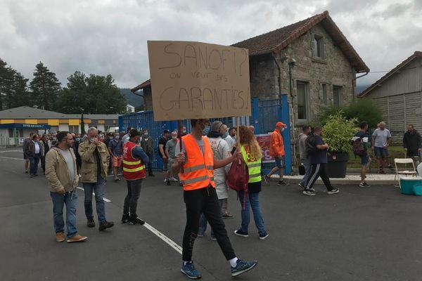 Devant l'usine Sanofi de Vertolaye, dans le Puy-de-Dôme, salariés et syndicats se sont mobilisés ce jeudi 8 juillet pour exprimer leur inquiétude.