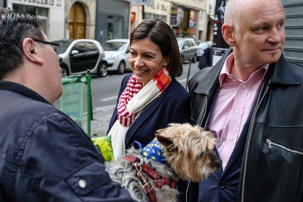 Anne Hidalgo visite les bureaux de vote lors du 2 eme tour des election. Avec Christophe Girard dans le Marais