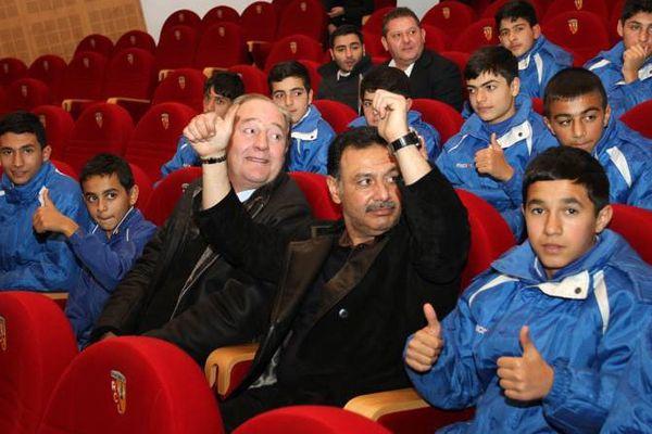 Hafiz Mammadov et les jeunes du FC Bakou à Lens, en 2013.