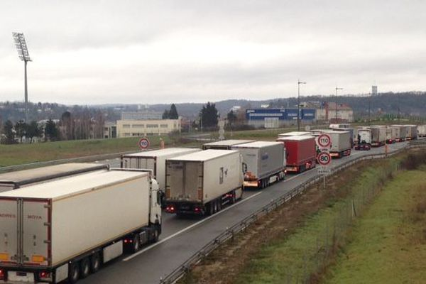 Un mur de camions franchissable par les automobilistes.