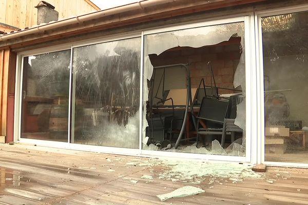 La baie vitrée de la maison a été soufflée par l'explosion d'une bonbonne de gaz.