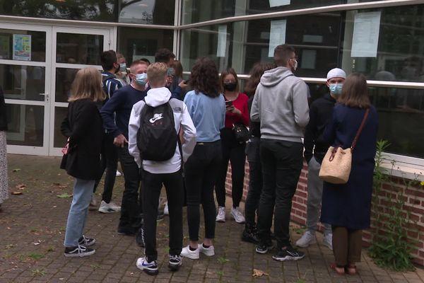 Comme chaque année, les élèves de terminale se pressent devant les listes affichant les résultats du bac
