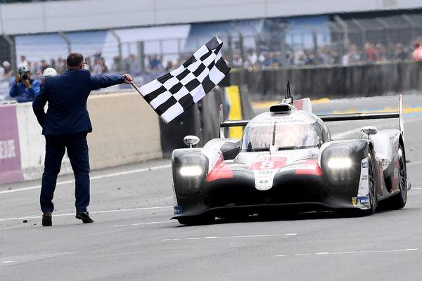 La Toyota TS050 Hybrid LMP1 du Japonais Kazuki Nakajima franchit la ligne d'arrivée de la 87e édition des 24H du Mans