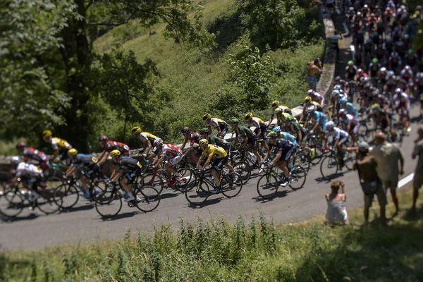 Le Britannique Christopher Froome, maillot jaune du leader, participe à la 11e étape de 188 km du Tour de France, le 15 juillet 2015, entre Pau et Cauterets.