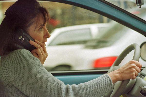 Automobiliste utilisant un téléphone portable au volant – Archives