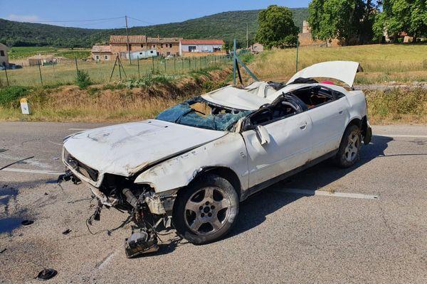 Baron (Gard) - une voiture s'est retrouvée sur le toit, avant d'être évacuée. Le conducteur est gravement blessé - 30 juillet 2020.