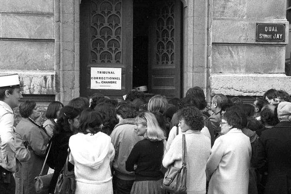 La foule lors de l'ouverture du procès des proxénètes en juin 1980.