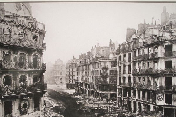 La rue de Rivoli, après les combats et les incendies.