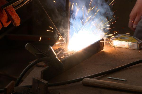 L'association La Boîte à outils aide ses adhérents à réparer leurs objets grâce à des outils spécialisés.