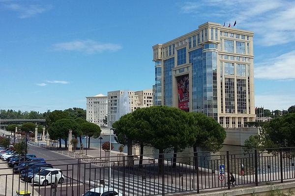 Vue de l'Hôtel de Région à Montpellier et de l'avenue du Pirée le long du Lez