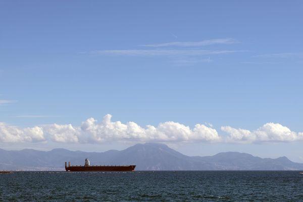 Une surveillance du bruit généré par le trafic maritime est en cours grâce aux câbles de fibre optique situés au fond de la mer.