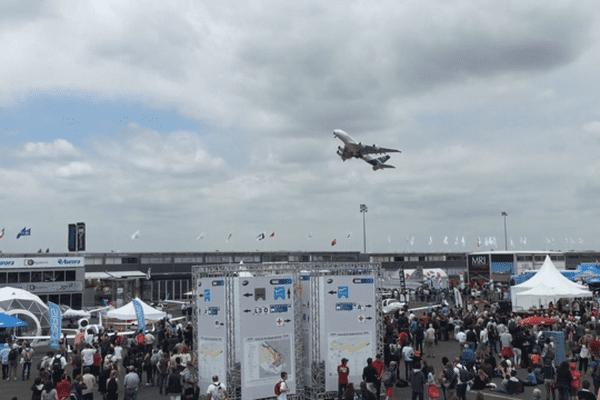 L'Airbus A380 au décollage lors de son vol de démonstration au Salon du Bourget, le samedi 20 juin 2015.