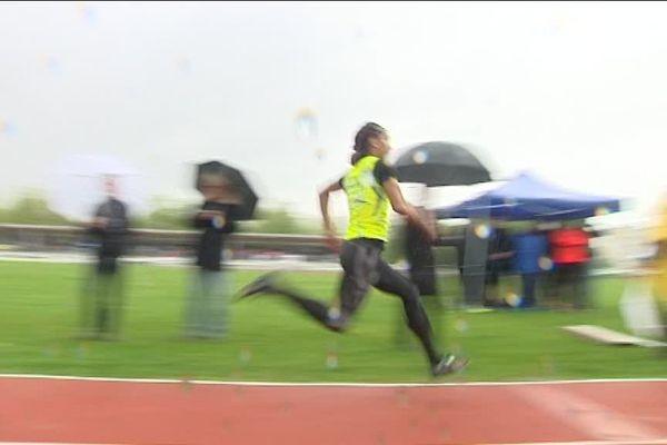 C'est sous la pluie que Jeanine Assani-Issouf a du s'élancer pour le triple saut ce matin à Limoges.